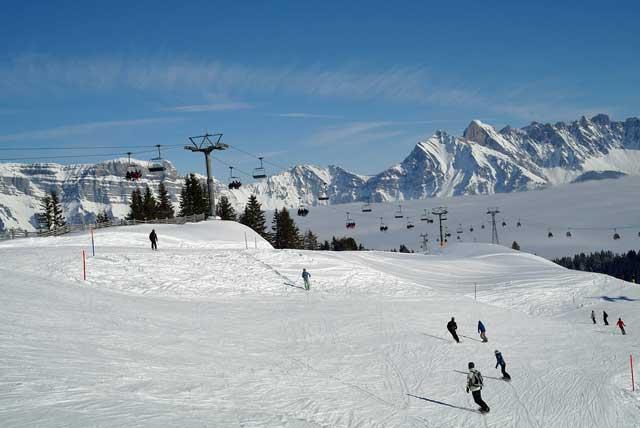 Herzstillstand auf Schweizer Ski Piste: Mit Defibrillator gerettet bevor Rega kam
