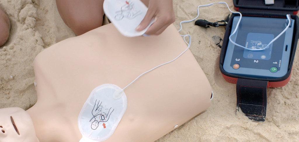 bls-cpr-aed-schulung von medizinischen Profis für Betriebssanität und mit Samariterverein: Herz-Lungen-Wiederbelebung und Herzmassage in der Praxis