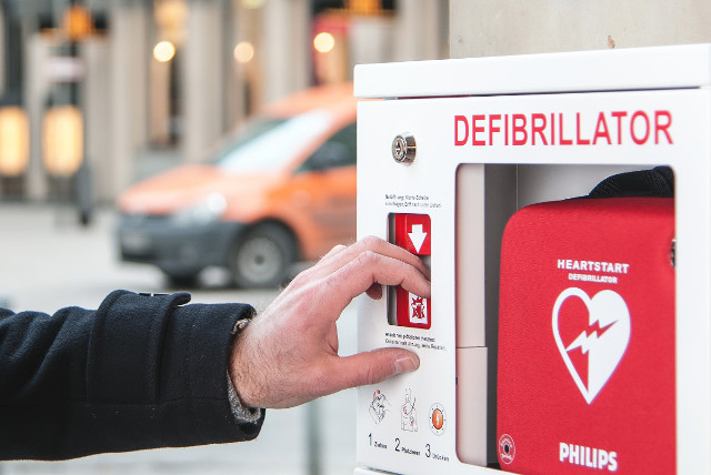 Winter, Kälte in der Schweiz: Kasten zur Aufbewahrung des Defibrillators mit Heizung