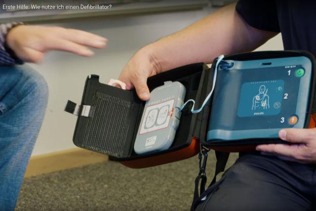 Video wie Defibrillator nutzen