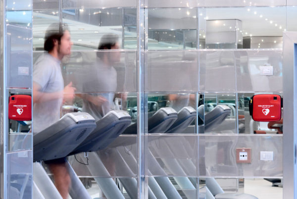 fitnesscenter-workout-herzinfarkt-defibrillator