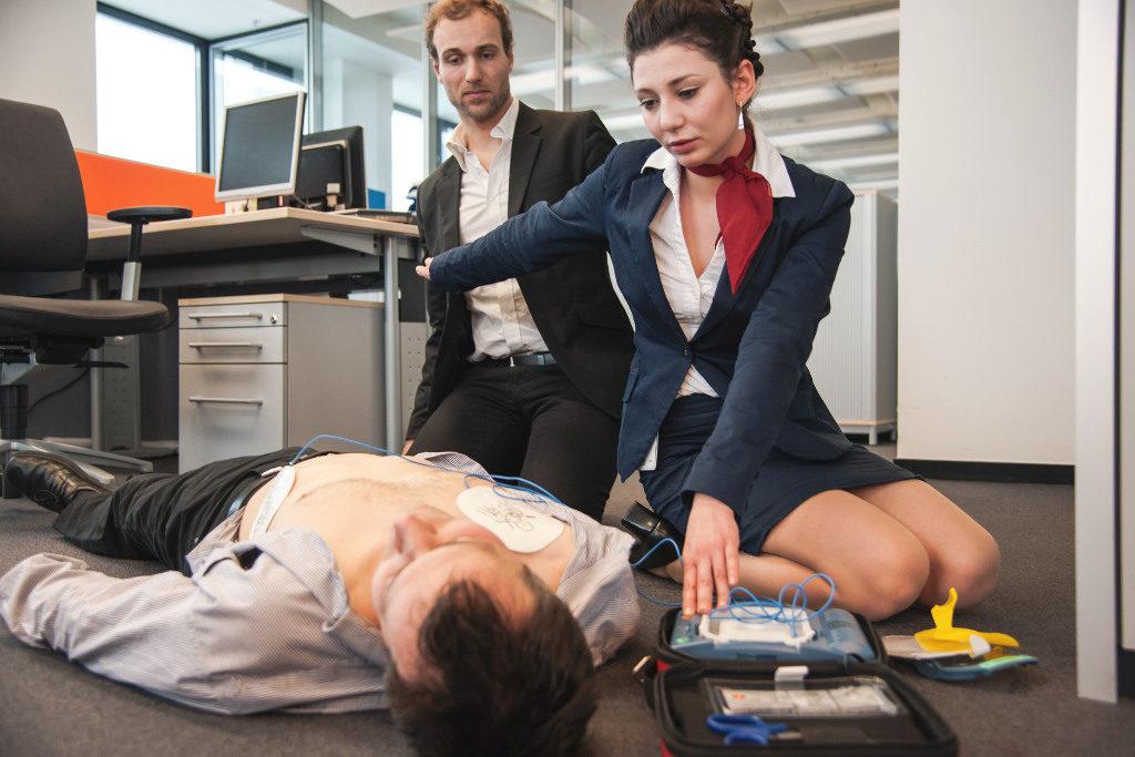 Ein Defibrillator für Laien ist anerkannt lebensrettende Massnahme bei Herzinfarkt und der Rettungskette der Schweiz