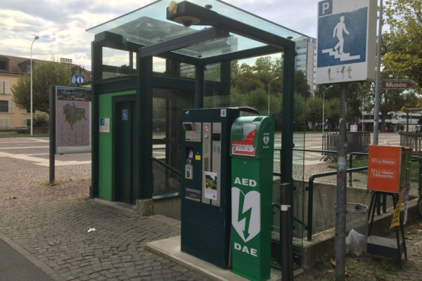 Sichere robuste Outdoor Säule und Box für AED im öffentlichen Raum mit RFID und Badge Öffnung